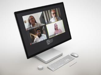 Computador prata de lateral para a tela com teclado e mouse pequenos em sua frente. Na tela aparecem Samuel Vida, Ernesto Marques. Yuri Silva e Cleidiana Ramos