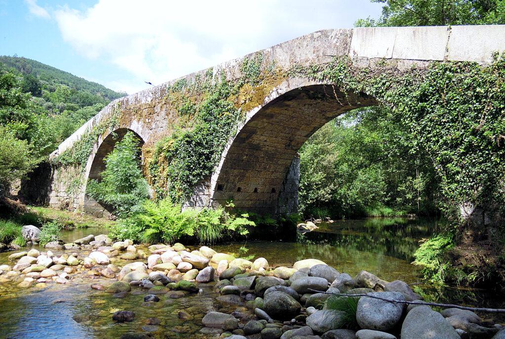 Antiga ponte no povoado de Cerva.